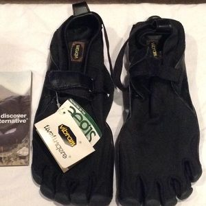 Pair of vibram five fingers NEW with box 🚦sold